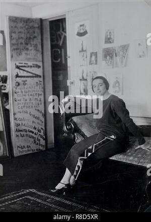 Sonia Delaunay in Delaunays' appartamento, Boulevard Malesherbes, Paris, 1924. Collezione privata. Immagini Stock