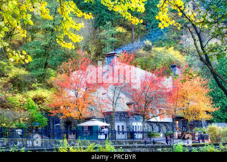Multnomah Falls Lodge in autunno con camino di fumo. Columbia River Gorge National Scenic Area. Oregon Immagini Stock