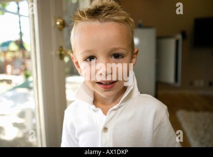 Giovane ragazzo sorridente in telecamera Immagini Stock