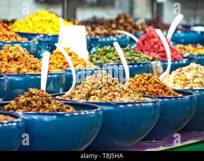 Olive, verdure e insalate per la vendita su un mercato in stallo, Teheran, Iran Immagini Stock