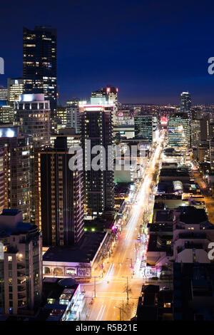 Canada, British Columbia, Vancouver, vista in elevazione di estremità Ovest edifici lungo Robson Street, sera Immagini Stock