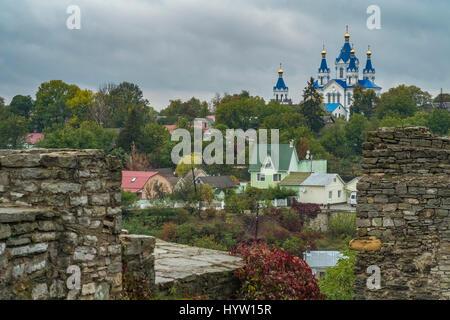 Vista della chiesa di cerkiew grzegorza in kamianets-podilskyi Ucraina occidentale. presi in autunno con gli alberi Immagini Stock