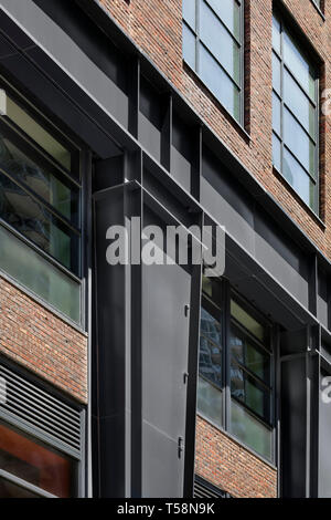 Dettaglio delle colonne di acciaio e muratura in corrispondenza della base. Henry Hall di New York, Stati Uniti. Architetto: BKSK Architects, 2018. Immagini Stock