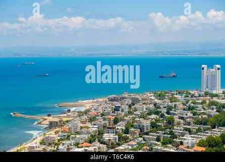 Israele, Distretto di Haifa, Haifa. Ad alto angolo di vista del centro di Haifa dal Monte Carmelo. Immagini Stock
