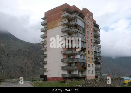 Facciata di un epoca sovietica edificio residenziale in Tyrnyauz una città situata nella valle di Baksan del distretto Elbrussky in Kabardino-Balkar Republicin nel Nord Caucaso Distretto federale della Russia. Immagini Stock