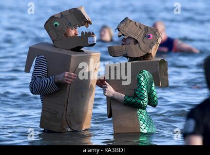 Lyme Regis, Dorset. Il 1° gennaio 2019. Affondo di Lyme, nuovi anni nuotare, Lyme Regis, Dorset Credito: Finnbarr Webster/Alamy Live News Immagini Stock