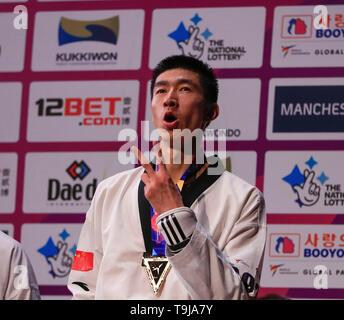 Manchester, Regno Unito. Il 19 maggio 2019. Taekwondo Campionati del mondo; Shuai Zhao (CHN) con la sua medaglia d oro dopo aver vinto il -63kg del campionato del mondo di Final Bout contro Soroush Ahmadi (IRI) Credit: Azione Plus immagini di sport/Alamy Live News Immagini Stock