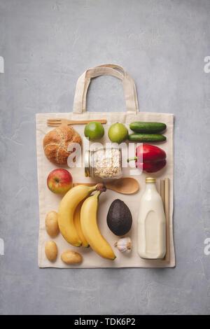 Rifiuti Zero concetto. Fresco cibo organico sul cotone sacchetto eco, laici piatta Immagini Stock