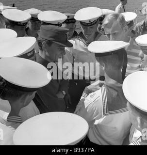 Marinai sovietica parlare con piloti finlandesi durante la nave da guerra sovietica visita in Finlandia Immagini Stock