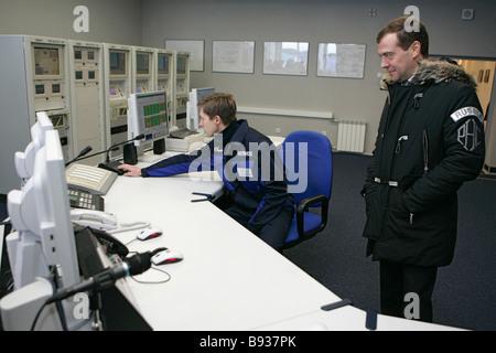Il primo vice primo ministro Dmitry Medvedev a destra accanto al pannello di controllo del compressore Volokolamskaya Immagini Stock