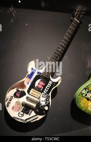 """Aprile 20, 2019 - New York, New York, Stati Uniti - 'Melody maker"""" Gibson Guitar elettrico di proprietà di Joan Jett sul display in """"Play forte: Strumenti di Rock and Roll' presentano presso il Metropolitan Museum of Art. (Credito Immagine: © Nancy Kaszerman/ZUMA filo) Immagini Stock"""
