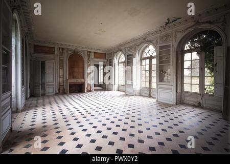 Vista interna di una camera in un castello abbandonato in Francia. Immagini Stock