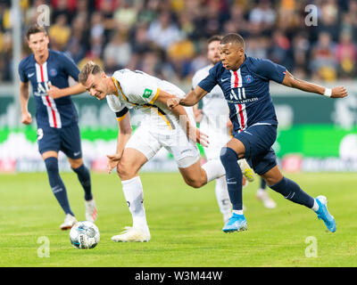 Dresden, Germania. 16 Luglio, 2019. Calcio, test match, SG Dynamo Dresden - Paris Saint-Germain, nel Rudolf-Harbig-Stadium. Il Parigino Kylian Mbappe (r) contro la dinamo Florian Ballas. Credito: Robert Michael/dpa-Zentralbild/dpa/Alamy Live News Immagini Stock