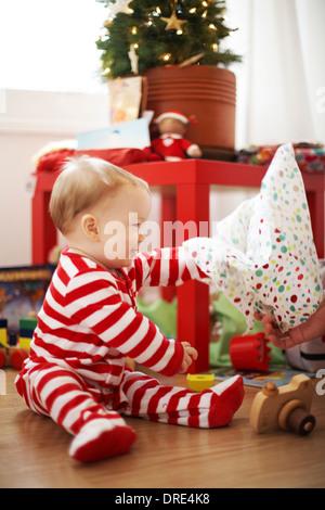 Apertura del bambino regali di natale Immagini Stock