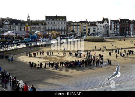 Le pagine del mare. Spiaggia di Weymouth Dorset, Regno Unito. Xi Nov, 2018. La faccia di Stanley privato McDougall inciso sulla riva a Weymouth Beach come parte delle pagine dell'evento sul mare, Dorset Credito: Finnbarr Webster/Alamy Live News Immagini Stock