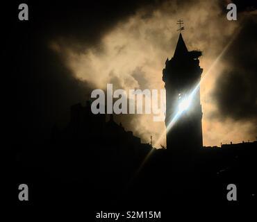 Il sole splende dopo una tempesta attraverso la torre campanaria della chiesa di Prado del Rey, Sierra de Cadice, Andalusia, Spagna Immagini Stock