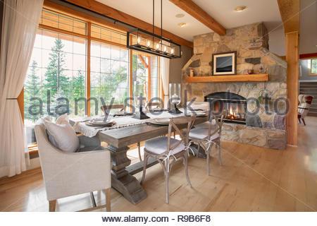 Home Vetrina interni sala da pranzo con camino in pietra Immagini Stock