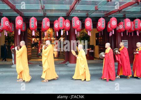 Cerimonia Ullambana, monaci buddisti' processione, del Dente del Buddha Tempio reliquia, Chinatown, Singapore, Sud-est asiatico, in Asia Immagini Stock