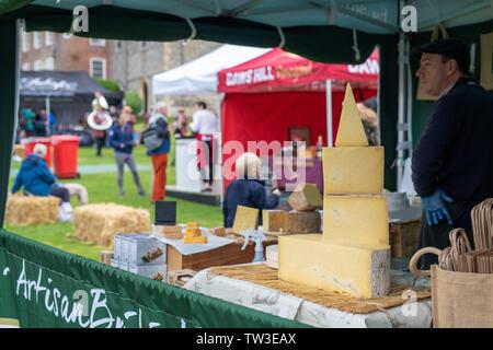 Pressione di stallo di formaggio al Parco Stonor food festival. Stonor, Henley-on-Thames, Oxfordshire, Inghilterra Immagini Stock
