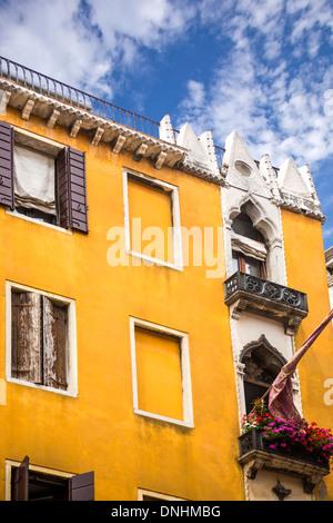 Basso angolo di visione di un edificio residenziale, Venezia, Veneto, Italia Immagini Stock