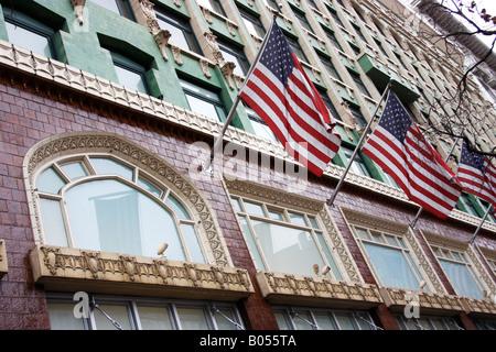 Lineup di bandierine americane,a stelle e strisce,su una San Francisco Downtown building Immagini Stock