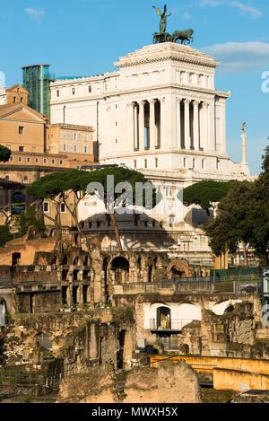 Foro Romano resti in primo piano, Sito Patrimonio Mondiale dell'UNESCO, con Momument a Vittorio Emanuelle II dietro, Roma, Lazio, l'Italia, Europa Immagini Stock