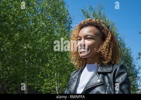 Bella ragazza africana guarda lontano nella molla esterna Immagini Stock