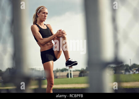 Giovane atleta stretching Immagini Stock