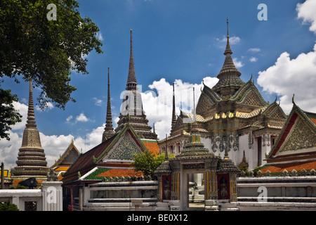 Thailandia, Bangkok, Wat Pho tempio, guglie, vista esterna Immagini Stock
