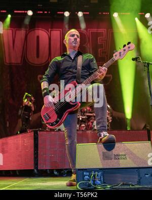 Aprile 20, 2019 - Milwaukee, Wisconsin, Stati Uniti - KASPAR BOYE LARSEN di Volbeat al Forum Fiserv a Milwaukee nel Wisconsin (credito Immagine: © Daniel DeSlover/ZUMA filo) Immagini Stock