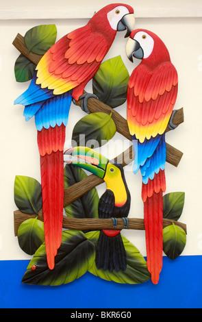 Luminose ,pittura colorata di uccelli locali, pappagalli, nel tipico Costa Rican Style Immagini Stock