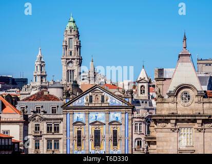 Vista in direzione di Santo Antonio dos Congregados Chiesa e della Torre del Municipio, Porto, Portogallo Immagini Stock