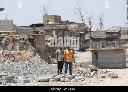 (190717) -- di Mosul, luglio 17, 2019 (Xinhua) -- Firas Khalid (R) e il suo prossimo stand in una strada nella vecchia città di Mosul, Iraq, luglio 14, 2019. La guerra per liberare l Iraq di Mosul da uno Stato islamico (SI) gruppo militante ha ottenuto la vittoria per due anni, ma le sue gravi impatti ancora pesare sui residenti della città. Un grassroots campagna di raccolta fondi è stato avviato in cinese social media con schiacciante solidarietà, puntando a portare speranza alla guerra-ridden famiglie in Iraq di Mosul. Per andare con 'Funzione: Cinese grassroots donazioni portare speranza alla guerra-ridden famiglie in Iraq di Mosul' (Xinh Immagini Stock