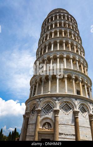 Basso angolo vista di una torre, la Torre Pendente di Pisa e Piazza dei Miracoli a Pisa, Toscana, Italia Immagini Stock
