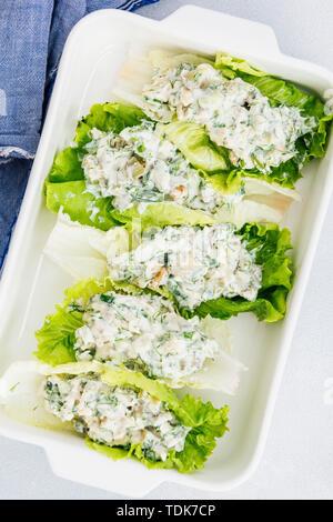 Involtini di lattuga con low carb insalata di pollo con yogurt greco, mayo, senape, erbe e noci Immagini Stock