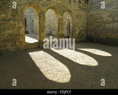 I tre archi di schermi il passaggio che collega la grande sala in cucina e dispensa e burrosa al Castello Bodiam, Immagini Stock