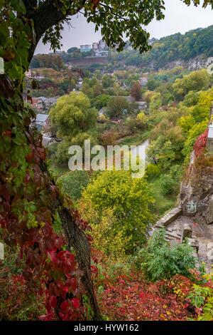 T il canyon del fiume smotrych in kamianets-podilskyi, Ucraina occidentale. alberi stanno mostrando i colori autunnali. Immagini Stock