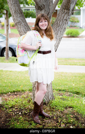 Ritratto di ragazza adolescente (13-15) con zaino Immagini Stock