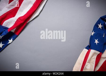 Bandiera americana su uno sfondo grigio con spazio di copia Immagini Stock