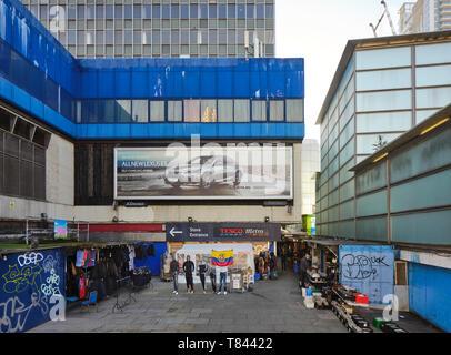 Fossato con varie bancarelle del mercato. Elephant and Castle Shopping Centre di Londra, Regno Unito. Architetto: Boissevain e Osmond, 1965. Immagini Stock