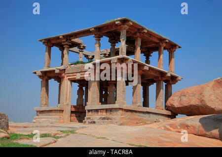 Edificio a due piani a himkut colline, hampi, Vijayanagar, Karnataka, India, Asia Immagini Stock