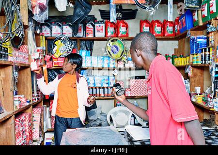 L'uomo buing parti di automobili nel piccolo negozio Manyama, Zambia. Immagini Stock