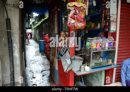 Donna al negoziante, Bahu Bazaar, Calcutta, West Bengal, India, Asia Immagini Stock