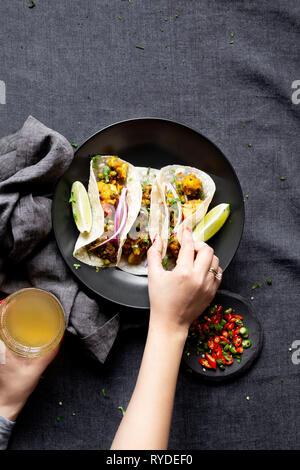 Indian Vegan cena -, Aloo Gobi (cavolfiore e patate) e Roti. Immagini Stock