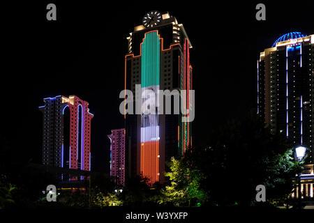 L'immagine di Ramzan Kadyrov il capo della Repubblica cecena decora la Grozny City business center di notte a Grozny la capitale della Cecenia nel Nord Caucaso Distretto federale della Russia. Immagini Stock