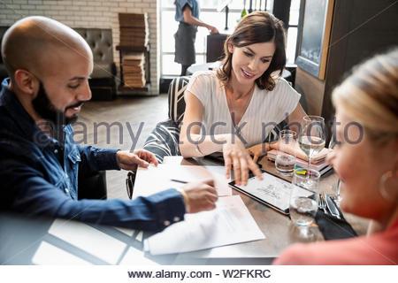 La gente di affari che lavorano in ristorante Immagini Stock
