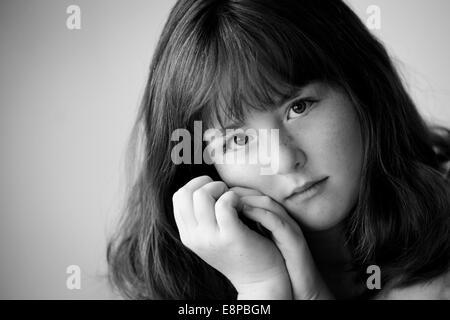 Ritratto di ragazza adolescente (13-15) Immagini Stock