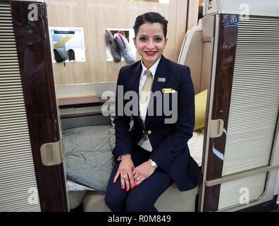 Excel, London, Regno Unito. 5 novembre 2018. Servizio di maggiordomo ora offerto in Arabia Airlines parte della prima classe Suite che era in mostra al World Travel Market, Excel, London, oggi (Mon) Credito: Finnbarr Webster/Alamy Live News Immagini Stock