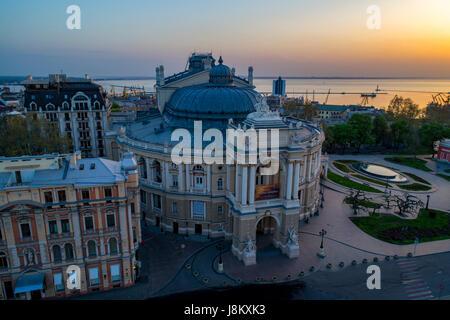 Immagine aerea di sunrise su odessa opera house ucraina. il porto di Odessa è in background Immagini Stock