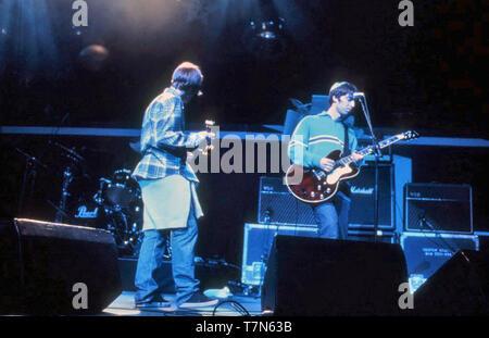 Oasi inglese del gruppo rock in 1995 con Liam Gallagher a sinistra e Noel alla chitarra Immagini Stock